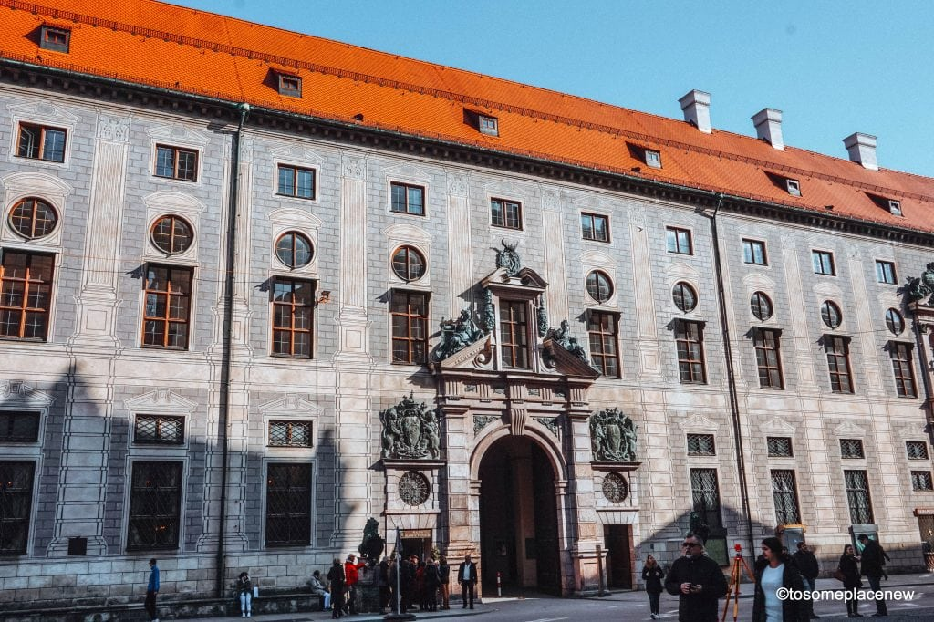 The BEST 5 days in Munich Itinerary. Read a day-by-day list of popular places like Marienplatz,English Gardens,day trips to Nuremberg, Dachau, Fussen & more