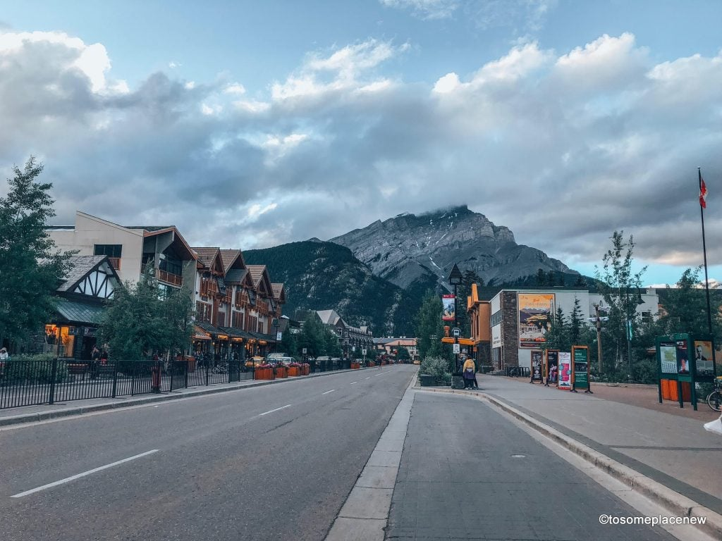 Banff Town centre - heart of Banff National Park, Canada. The perfect 5 day Banff Itinerary for non-hikers. Enjoy a gondola ride, hot springs with mesmerising mountain views, relax by lakes & gardens in Banff!
