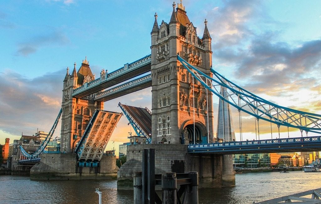 Sightseeing London Bridge and London Tower - Day tour to London from Paris