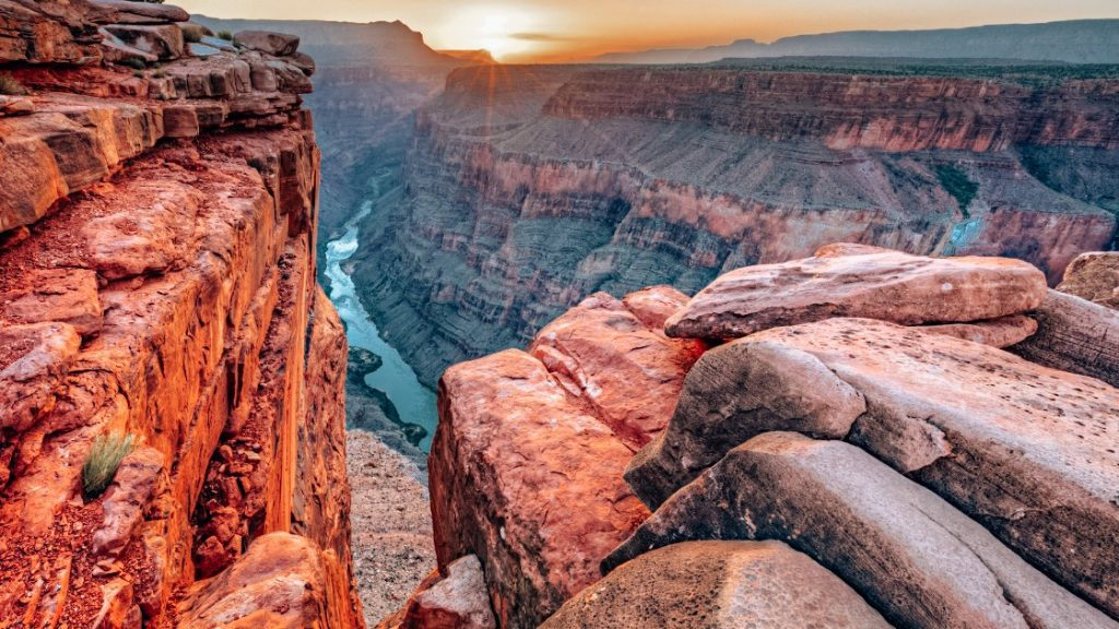 Detailed guide to day hikes and tours in Grand Canyon. Find out Grand Canyon North Rim vs South Rim or West Rim, which one should you add to your itinerary!