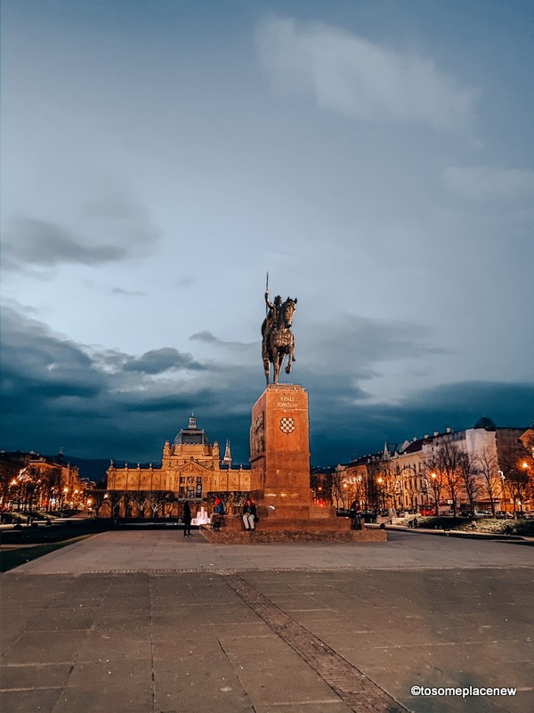 King Tomislav Square at night