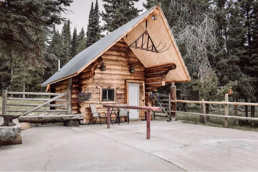 Discover the best Airbnbs near Yellowstone National Park for an amazing getaway. Top picks include cabins, tents, glamping with views & more